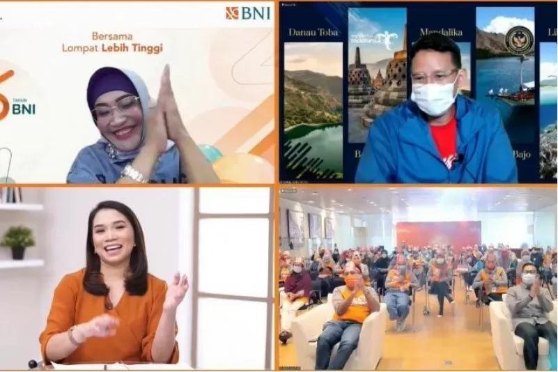 Wakil Direktur Utama BNI Adi Sulistyowati dan Menteri Pariwisata dan Ekonomi Kreatif Sandiaga Uno di Jakarta, Minggu (4/7/2021). (Ant)