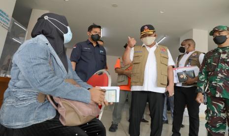 Ketua Satuan Tugas Penanganan COVID-19 Ganip Warsito meninjau kesiapan tempat karantina