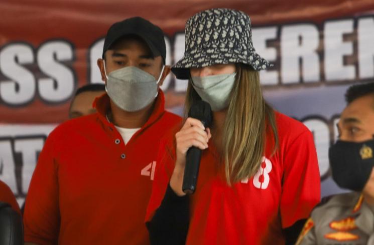 Ardi Bakrie dan Nia Ramadhani saat tampil dalam acara jumpa pers