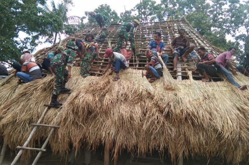TNI Pamtas bantu warga perbatasan bangun rumah adat. (Ist).