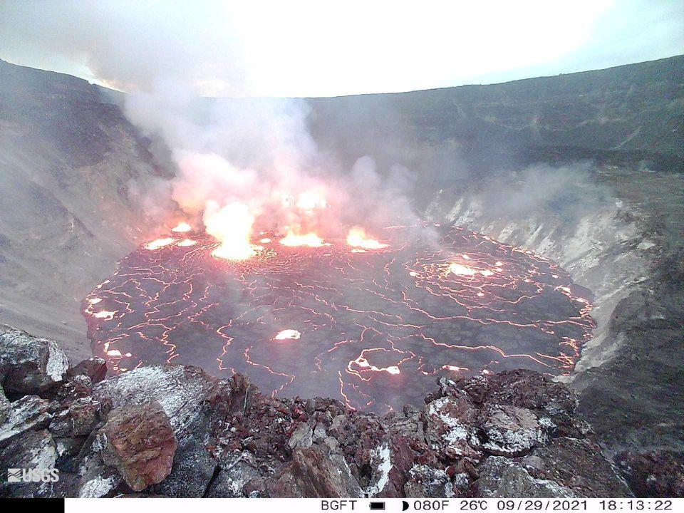 Lava merah panas mengisi kawah di puncak Kīlauea dan mengaburkan langit dengan asap vulkanik pada Kamis pagi