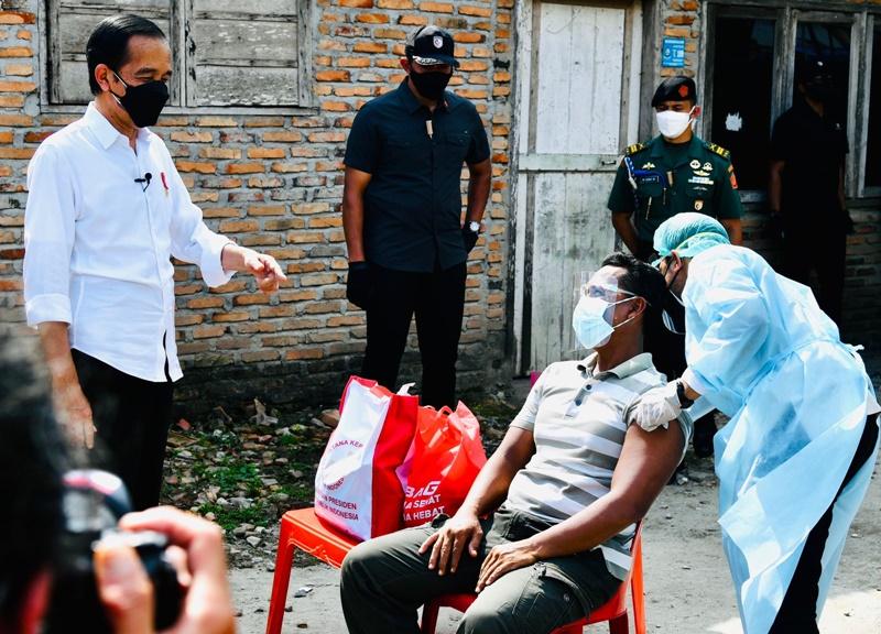 Presiden saat meninjau pelaksanaan vaksinasi di Deli Serdang, Sumatera Utara. (Biro Pers Setpres).